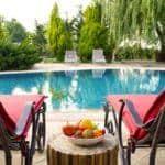 cura del verde: foto di una piscina con spazio verde